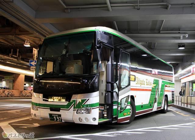 大阪梅田(阪急三番街)で発車を待つ「おけさ号」