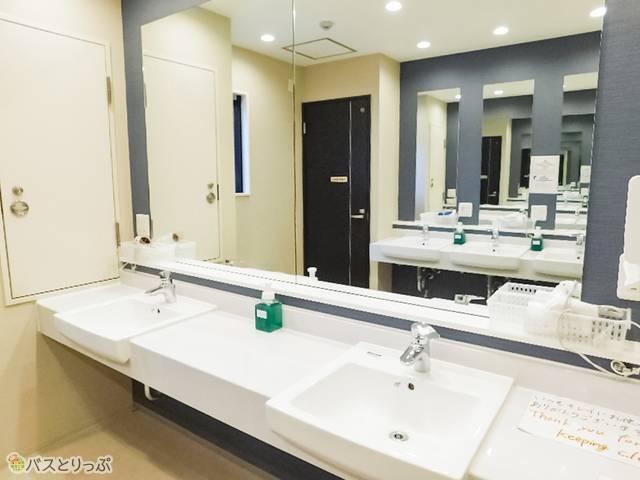 洗面所は左右ひろびろ!鏡も大きくて使いやすい