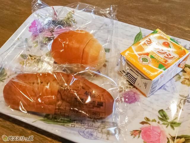 朝には無料朝食も。ジュースはオレンジかリンゴか選んで