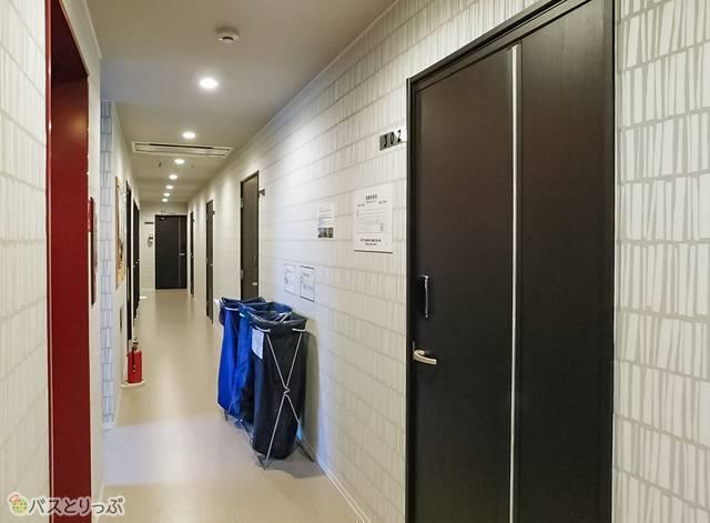 清潔な廊下。階ごとに雰囲気が異なります