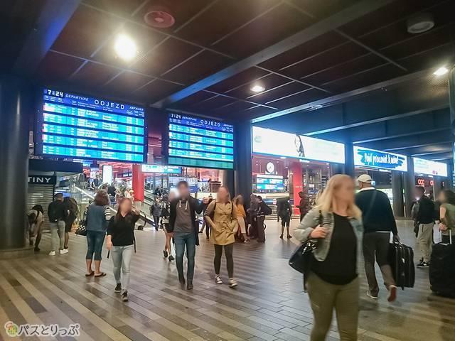 プラハ中央駅の電光掲示板