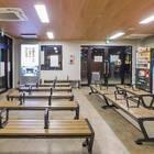 待合室内は椅子のほか、トイレ・自動販売機・外貨両替機あり