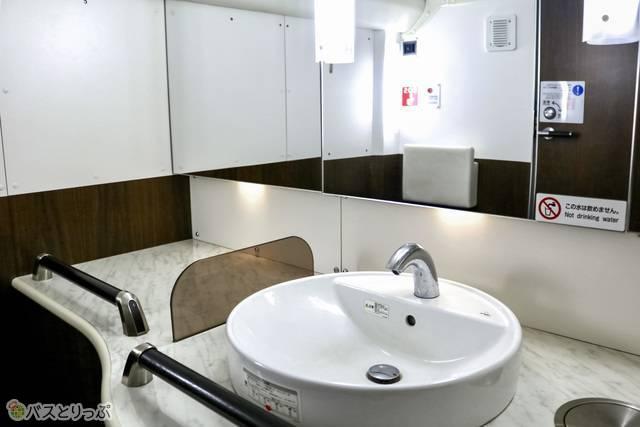 洗面所の左側には荷物を置けるスペースもあるので着替えも軽々できます