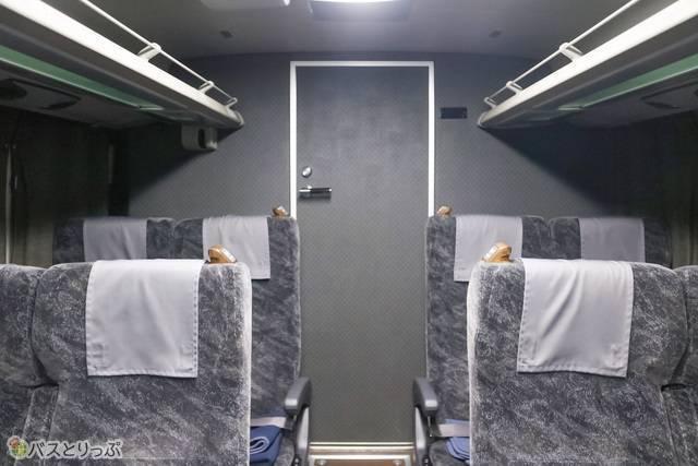 トイレは座席後方に