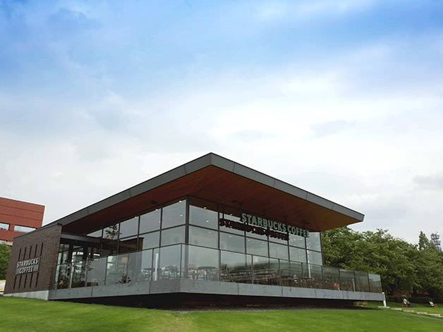 スターバックス環水公園店正面(富山のスタバが世界でもっとも美しい理由)