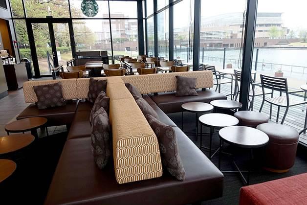 運河に面したテラス席(富山のスタバが世界でもっとも美しい理由)
