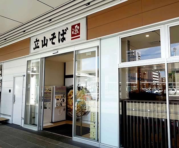 立山そば JR富山駅構内店(JR富山駅1階) 6:00-21:30(真黒な「富山ブラック」がうまい! ます寿し、薬膳アイス、富山グルメを食べつくす!)