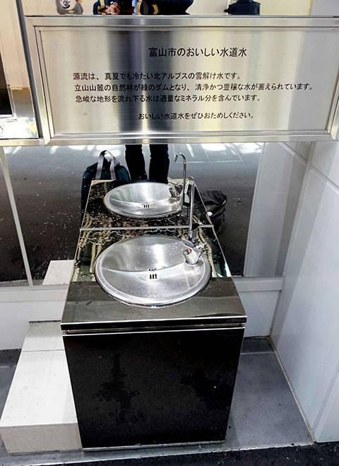 富山市のおいしい水道水が無料でいただけます(真黒な「富山ブラック」がうまい! ます寿し、薬膳アイス、富山グルメを食べつくす!)
