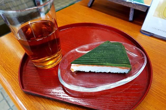 お茶のサービスがうれしい。お店の中でいただけます(真黒な「富山ブラック」がうまい! ます寿し、薬膳アイス、富山グルメを食べつくす!)