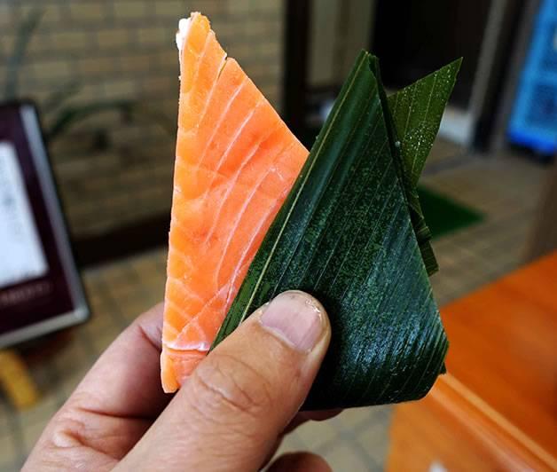 ひとくちサイズのます寿し(真黒な「富山ブラック」がうまい! ます寿し、薬膳アイス、富山グルメを食べつくす!)