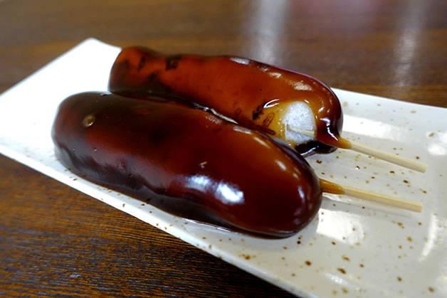 あやめ団子(真黒な「富山ブラック」がうまい! ます寿し、薬膳アイス、富山グルメを食べつくす!)