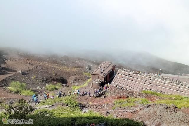 七合目から見下ろす登山道と山小屋