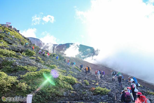 岩ばかりの登山道