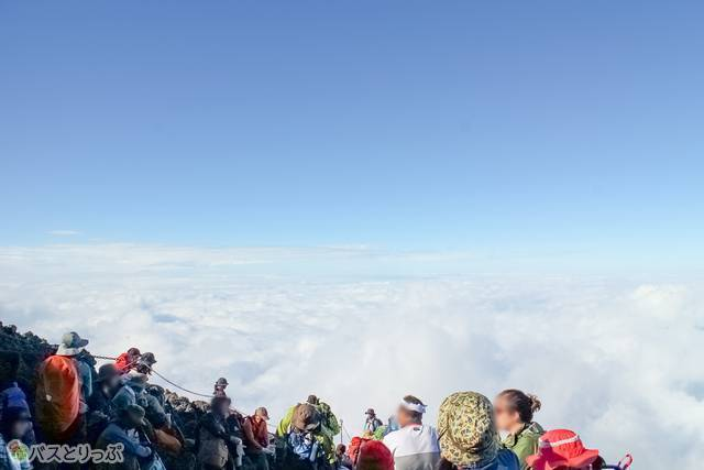 登山者と雲海