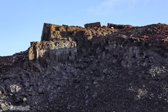 山頂付近のごつごつした大きな岩