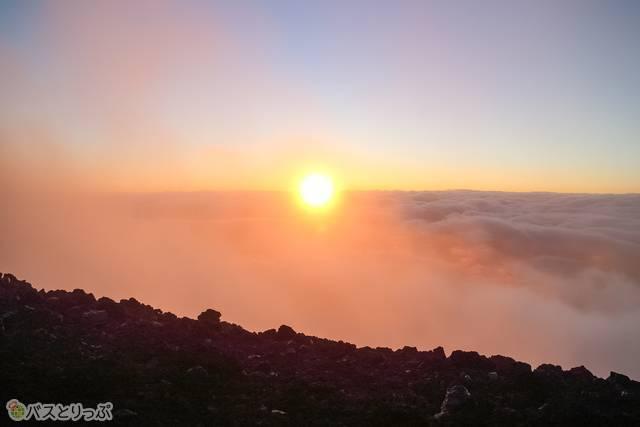 朝日が雲に覆われにじむ