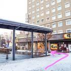 「弘前駅前」乗り場の脇を通る