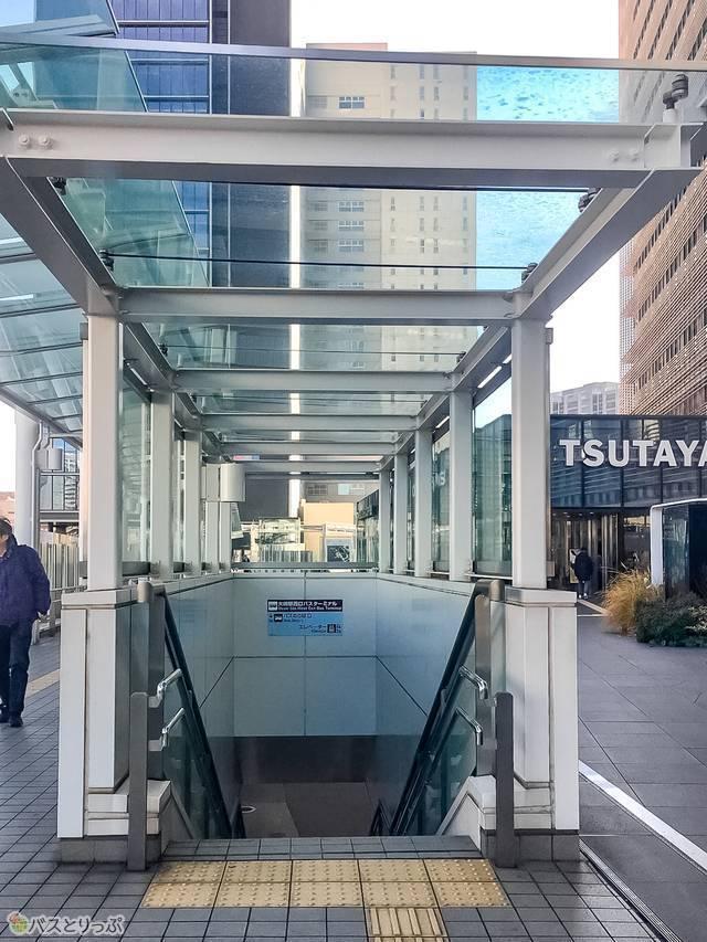 バスターミナルへは階段のほか