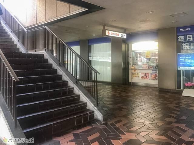 この階段を上って右折