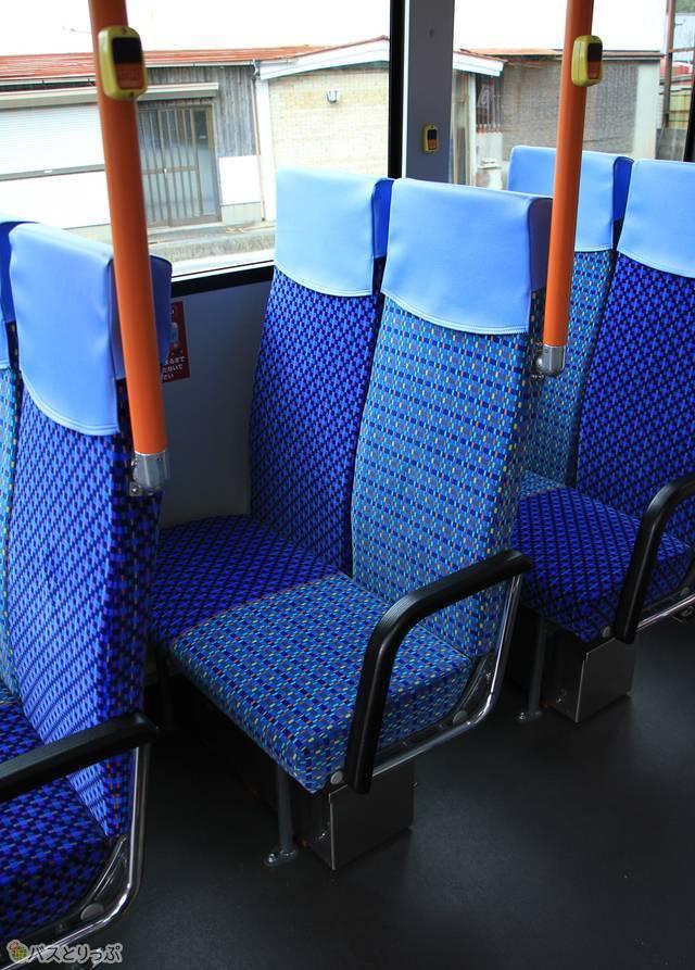 「松阪熊野線」の車内。背もたれが高いシートが特徴。