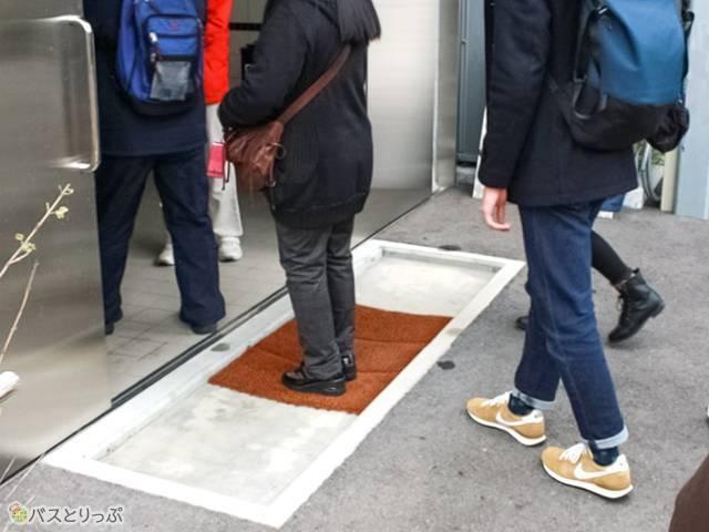 手と靴の消毒をして施設内に入ります (西武観光バス「白浜ぱんだぱす」旅行記)