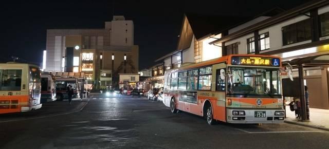 夜の鎌倉駅で発車を待つ