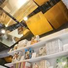 天井にはゴールドのパネル