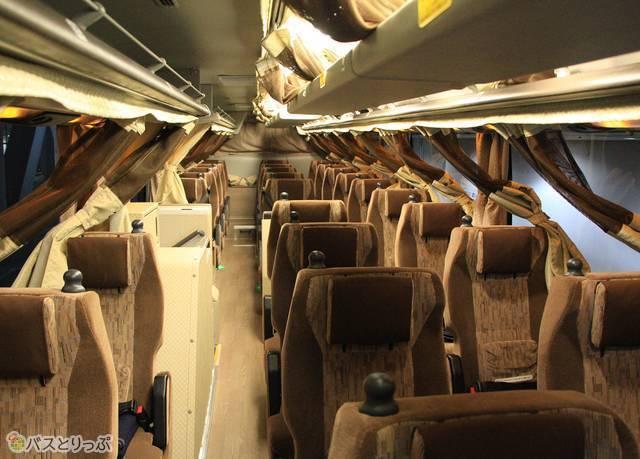 名鉄バス「どんたく号」の車内。幅広の3列シートが並ぶ
