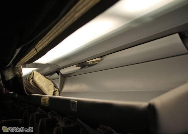 中央列の荷物棚。ちょっとした手荷物を置くのに便利