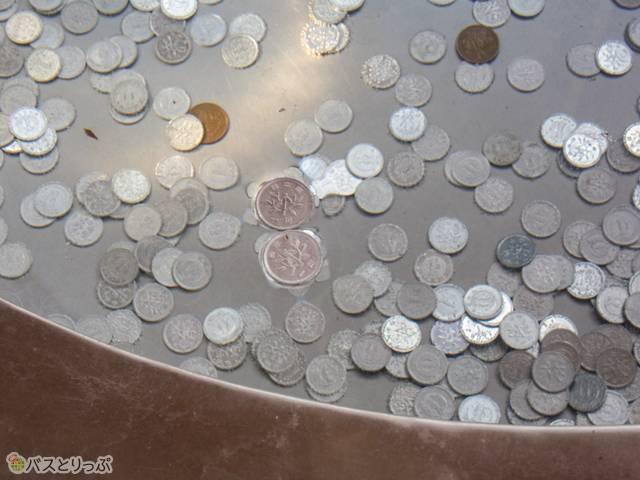 水瓶で浮いている1円玉