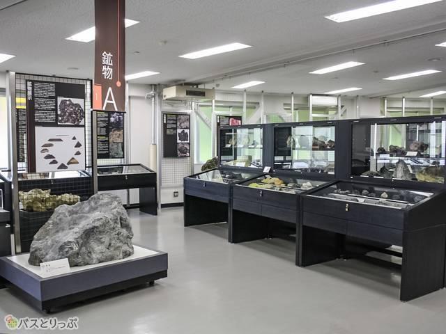 1階には400種1500点以上の鉱物や鉱石が展示されています