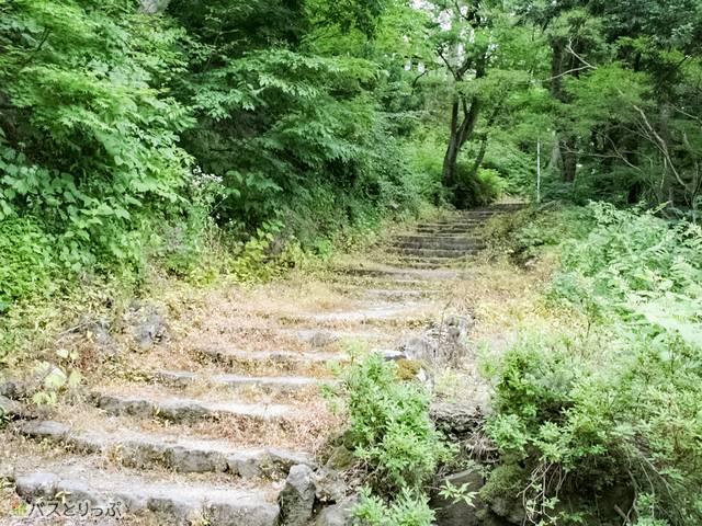 横手城につづく階段