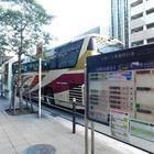 発着する高速バスの情報ボードはバス停の後ろの方に