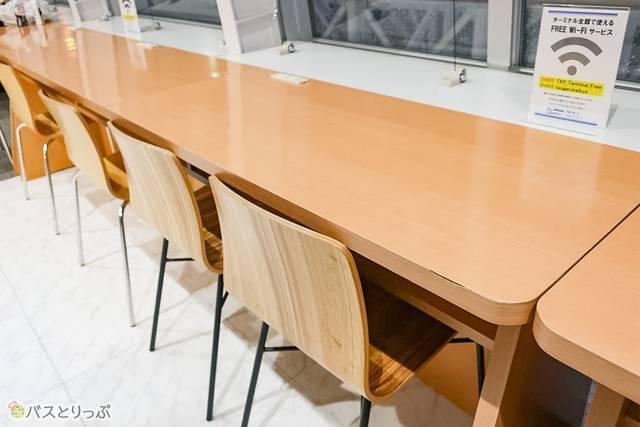 Wi-Fiやコンセントも利用できるテーブル