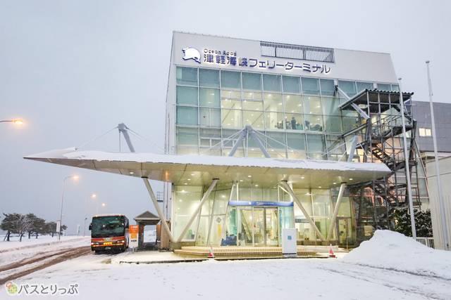 夕方、雪の降る青森フェリーターミナル