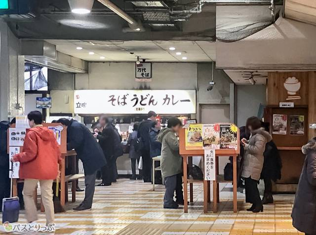 バスターミナルの内部にある「名物 万代そば」。たくさんの人が並んでいました