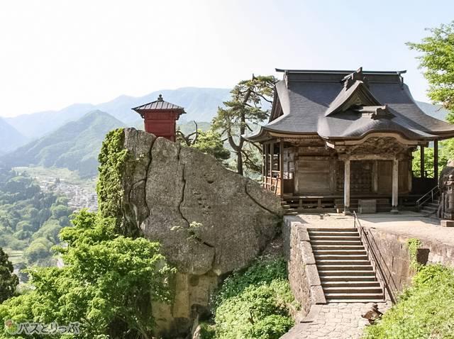 左:納経堂、右:開山堂(山形の山寺へ)
