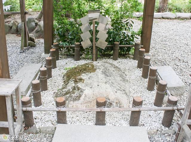 願いが叶うという「亀の甲石」もありました(山形の山寺へ)
