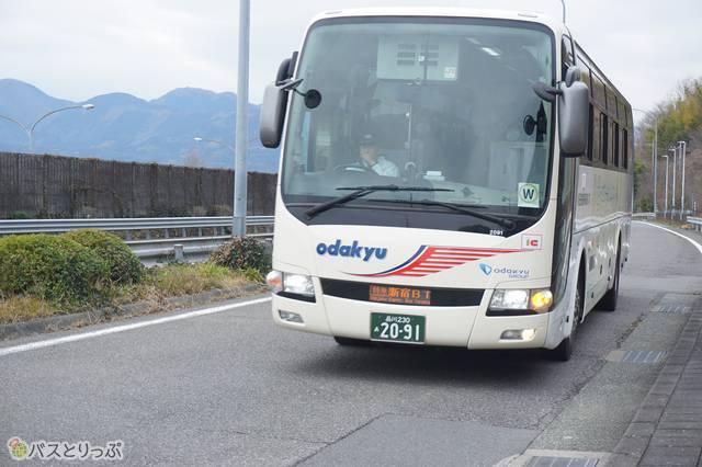 東名松田バス停に入線する小田急箱根高速バス上り線