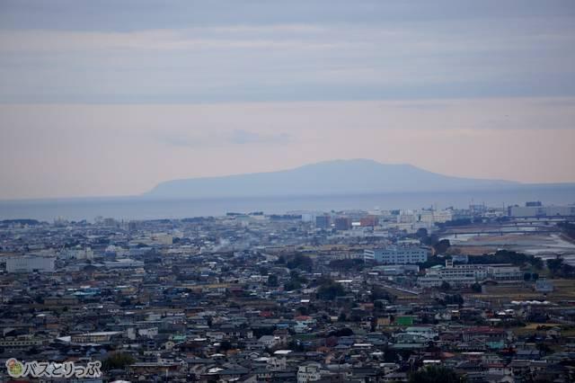 西平畑公園から見た伊豆大島(望遠レンズ使用)