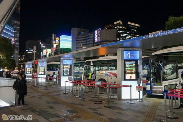 多くのバスが発車している東京駅の八重洲南口バスターミナル