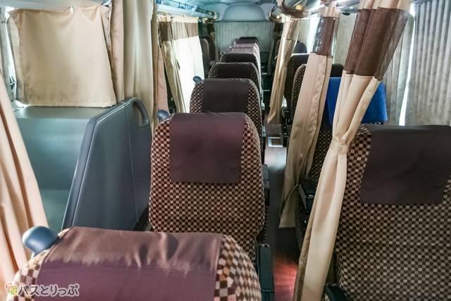 プライベートカーテン付きの3列独立シート