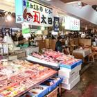 たくさんの店舗の前に新鮮な魚介類が並ぶ