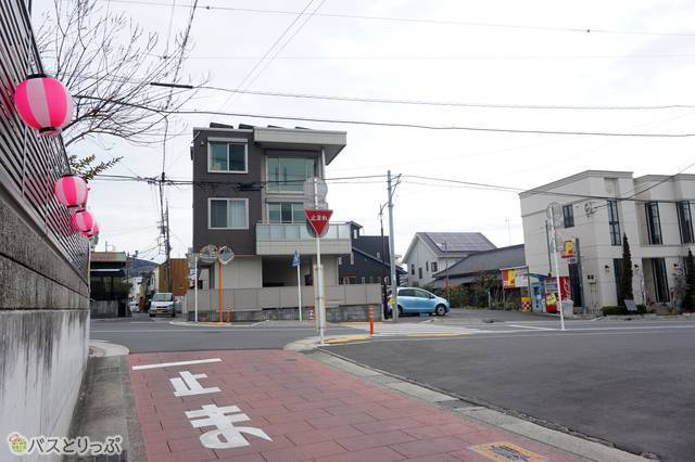 8)仲町通りの商店街を真っすぐ抜けると交差点。ここで右折。ここには案内がありませんでした