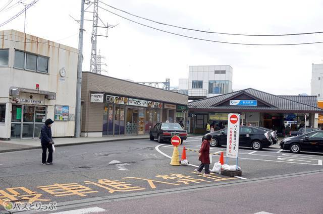 1)新松田駅・北口の改札を抜けて真っすぐ交番の前まで来たら左折