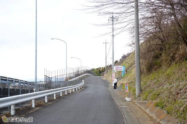 10)東名高速を左手に見ながら真っすぐ上ると右側に西平畑公園の入口。ここからさらに公園内を上ります…