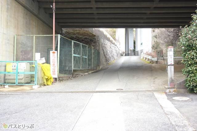 8)国道246号線・東名高速の高架をくぐる。このあたりから上り勾配がキツくなります…