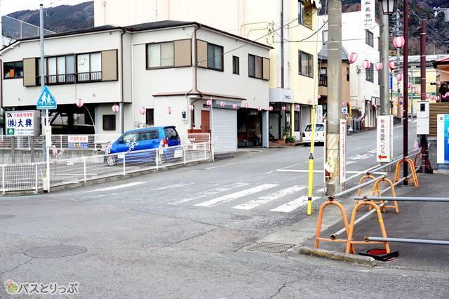 6)JR松田駅を左に見て、ここで右折