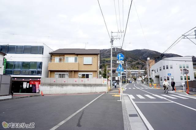 4)真っすぐ進むと十字路の交差点。ここで左折。商店街へ