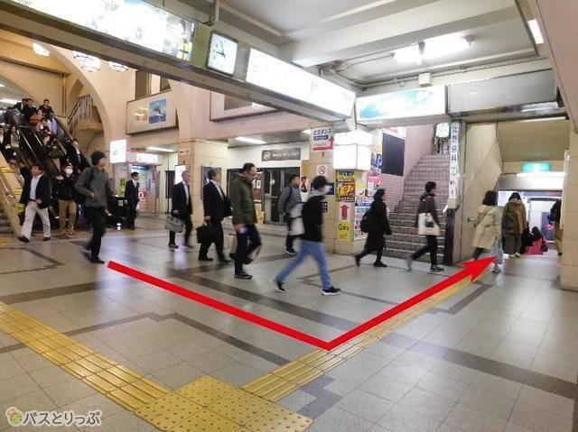 阪急「神戸三宮」駅西改札口から、階段を下りて左折